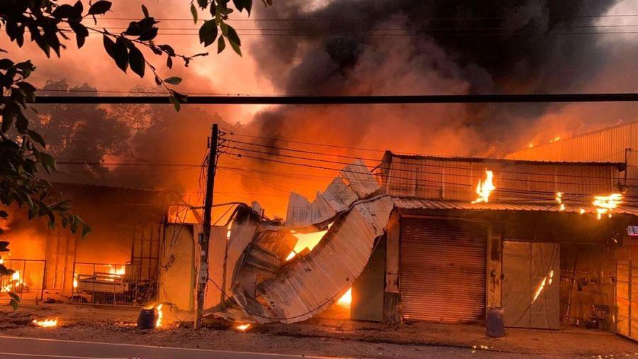 Cháy 5 căn ki-ốt và 1 nhà dân ở Bình Dương