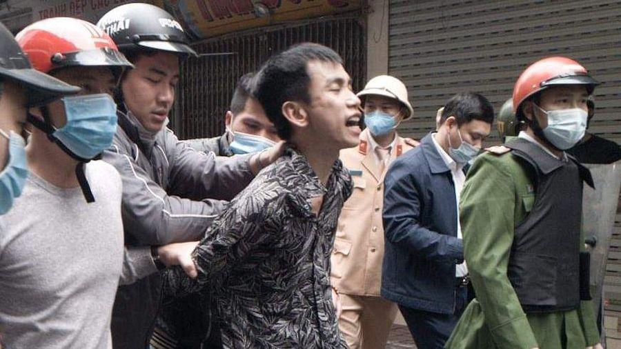 Cảnh sát khống chế kẻ cầm kiếm chém ôtô