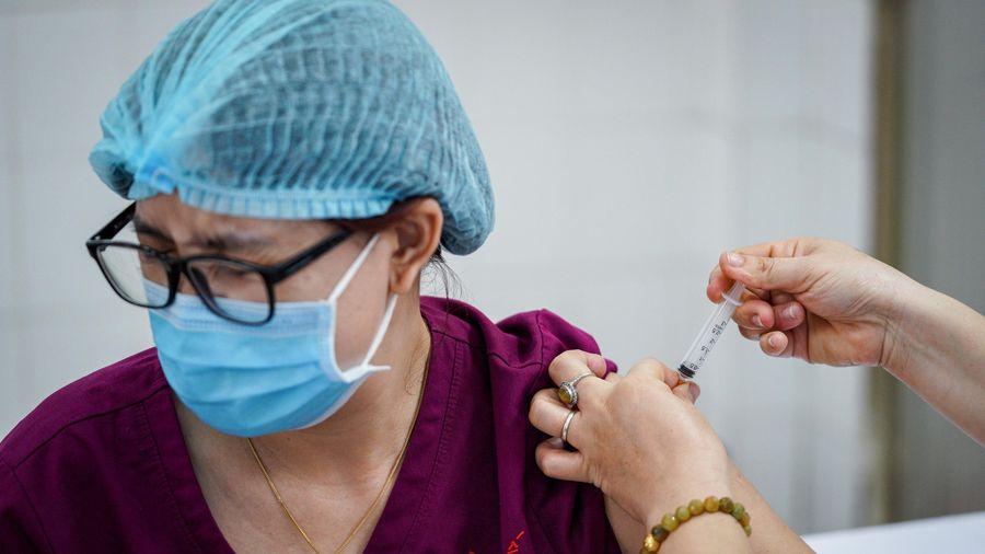 Vì sao người được tiêm vaccine Covid-19 cần theo dõi sát sức khỏe?