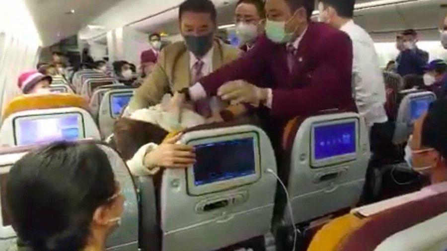 Tiếp viên đánh phi công gãy răng trên máy bay