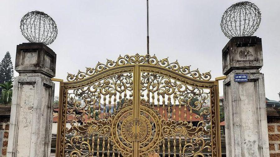 Cổng đình cổ Tây Đằng được sơn mạ vàng