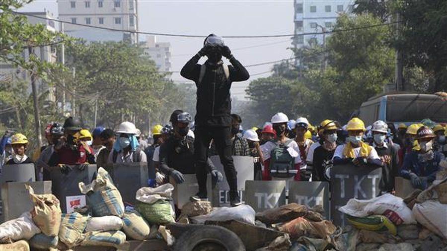Chính biến tại Myanmar: Thêm 2 người biểu tình thiệt mạng, các cửa hàng và nhà máy đóng cửa