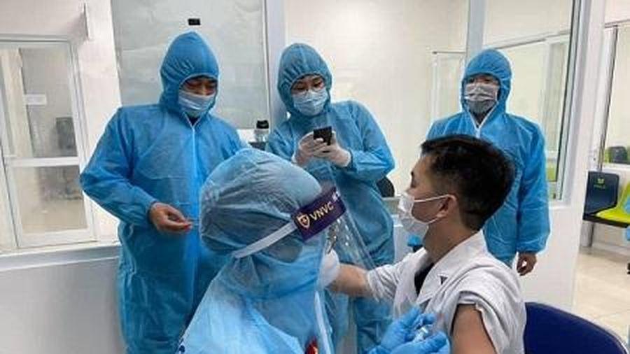 Hà Nội tiêm những mũi vaccine COVID-19 đầu tiên cho các y, bác sĩ