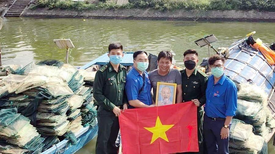 Tặng Cờ Tổ quốc, ảnh Bác Hồ cho ngư dân các phường biên giới biển