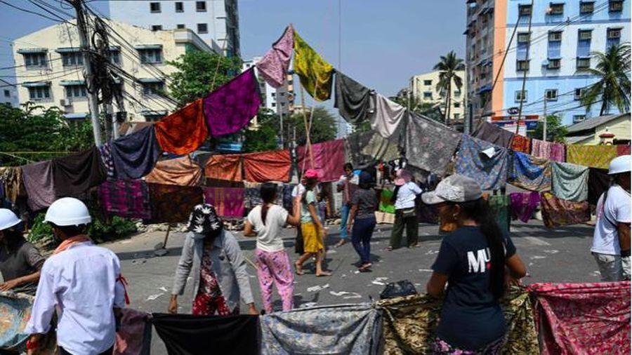Phụ nữ Myanmar treo váy đầy phố để phản đối quân đội