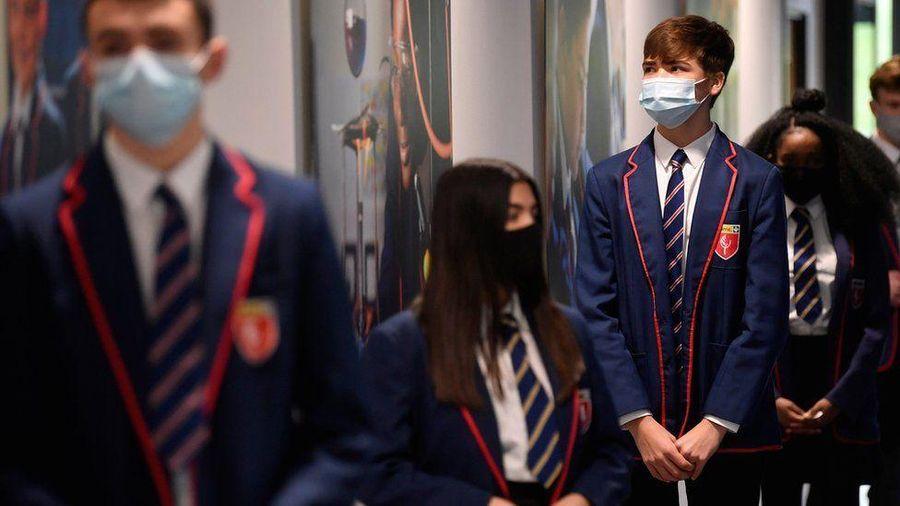 COVID-19 'hạ nhiệt', Anh nới lỏng phong tỏa, hàng triệu học sinh trở lại trường học