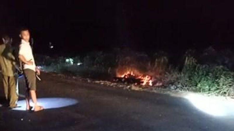 Người đàn ông bốc cháy như bó đuốc bên đường