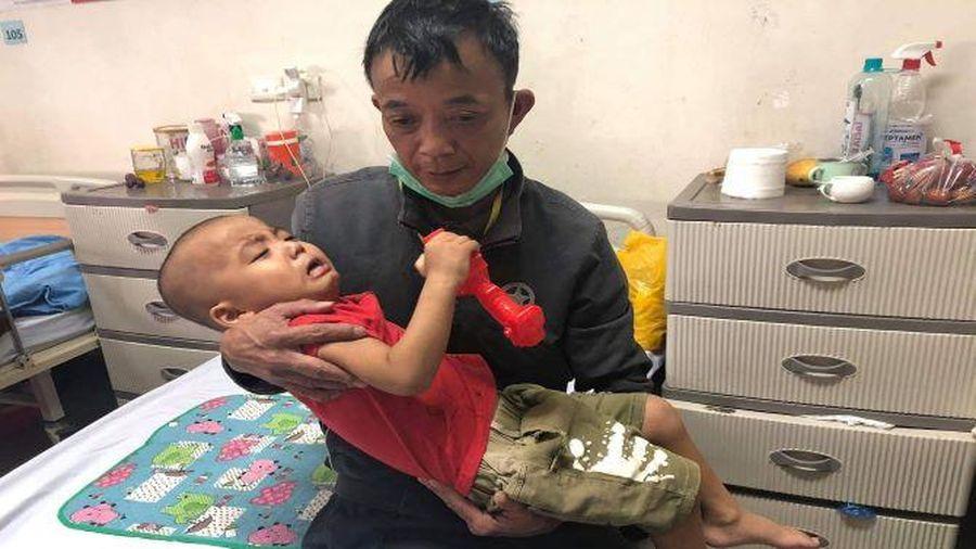 Cặp vợ chồng hiếm muộn 18 năm cầu xin sự sống cho con trai duy nhất mắc bệnh hiểm nghèo