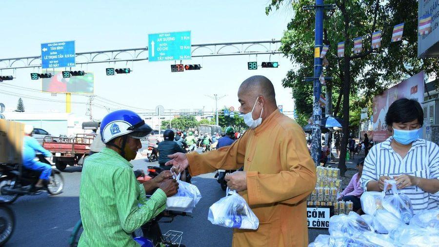 TP.HCM: Chùa Phổ Minh tặng 450 suất cơm chay từ thiện