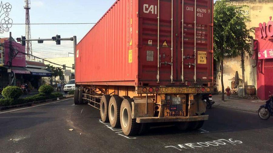 Xe container va chạm xe máy khiến 2 người nguy kịch