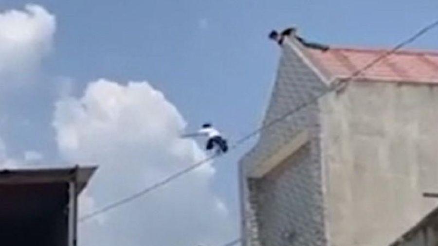 Người đàn ông nhảy từ nóc nhà 2 tầng xuống
