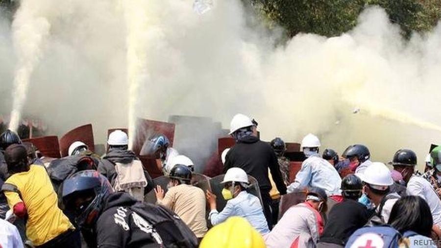Myanmar: Lùng sục từng nhà suốt đêm để bắt người biểu tình