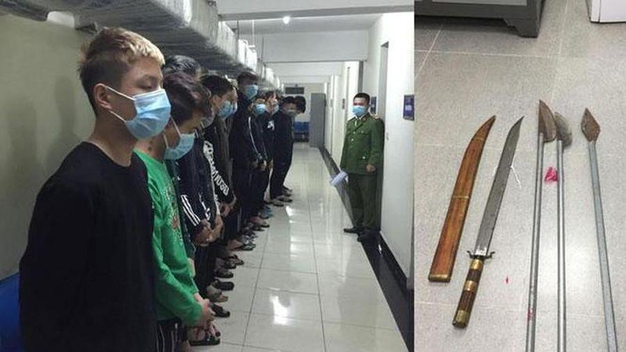 17 thanh niên cầm dao kiếm chém chết 1 người đi xe máy