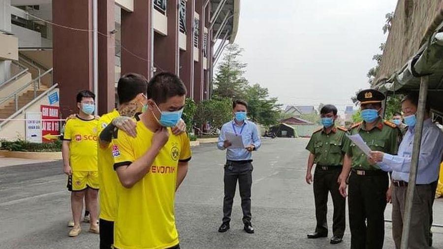 Một người Trung Quốc cưa cửa bệnh viện trốn cách ly