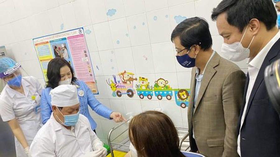 Sức khỏe các y, bác sĩ sau 1 ngày tiêm vắc xin Covid-19