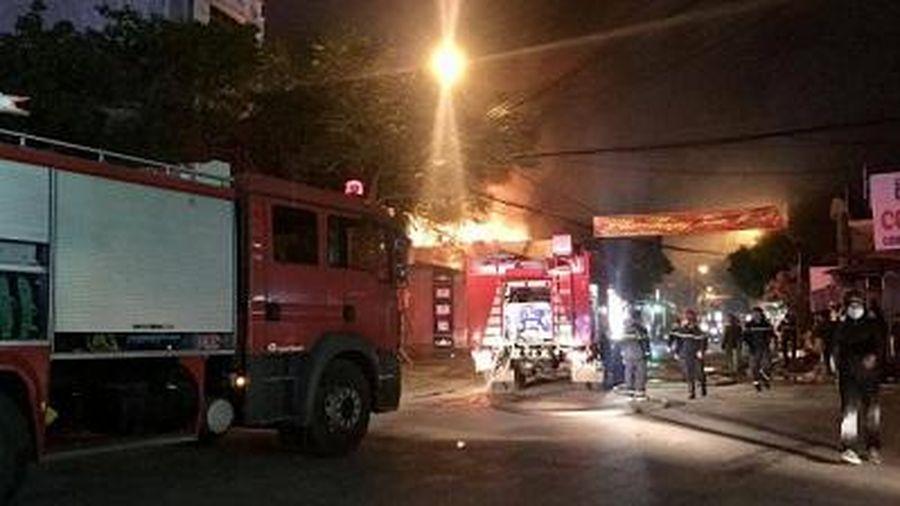 Hải Phòng: Cháy lớn tại cửa hàng thiết bị điện trên phố Thiên Lôi