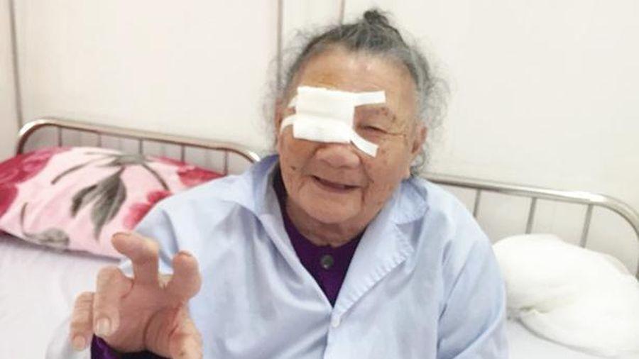 Phẫu thuật đục thủy tinh thể mang lại ánh sáng cho cụ bà 101 tuổi ở Hà Tĩnh