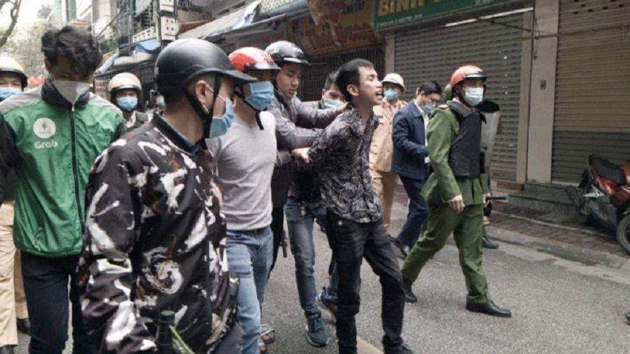 Nam thanh niên mang kiếm ra đường chém loạn xạ vào ô tô và nhà dân