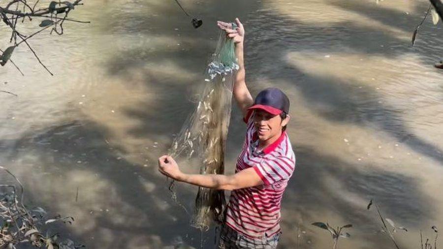 Bì bõm lội bùn bắt cá lòng tong, nghệ sĩ Hoài Linh càng thương lao động nghèo
