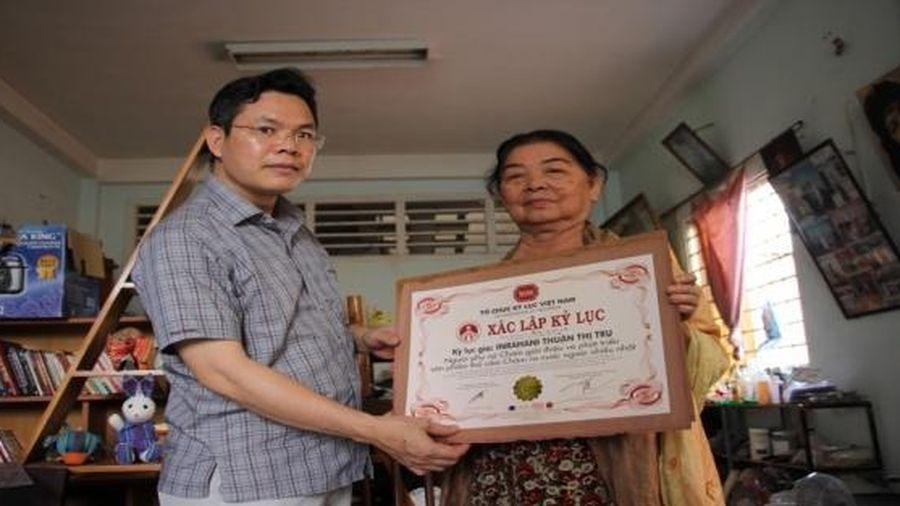 Người phụ nữ Chăm mang thổ cẩm Việt Nam ra thế giới
