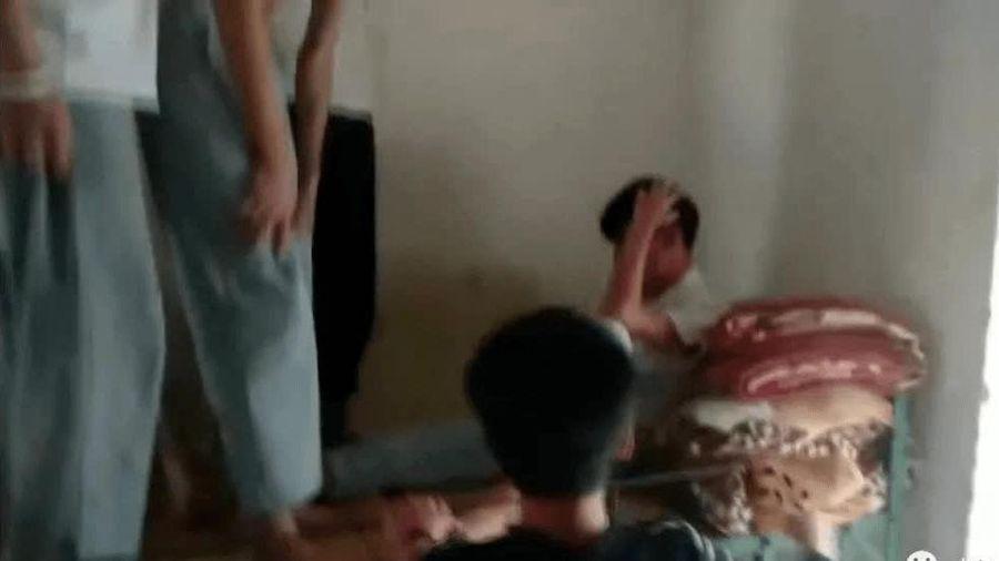 Nhóm nam sinh cấp 2 bạo hành bạn cùng phòng, cảnh tượng ghi lại được khiến dư luận không khỏi phẫn nộ