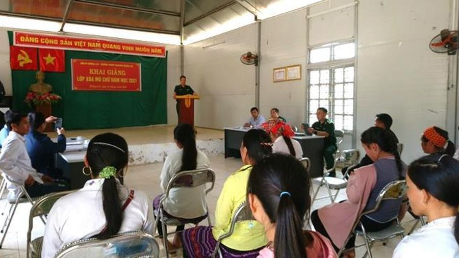 Khai giảng lớp học xóa mù chữ cho đồng bào Mông