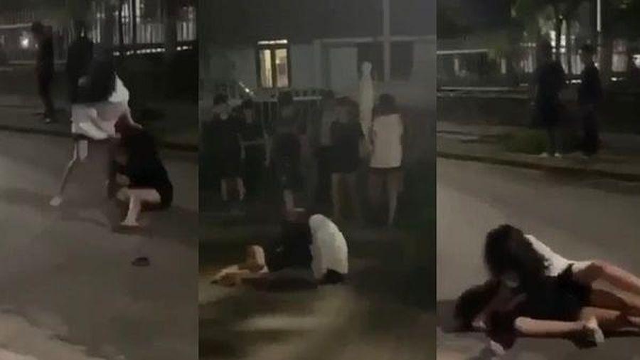Công an xác minh clip 2 cô gái Huế đánh nhau giữa phố