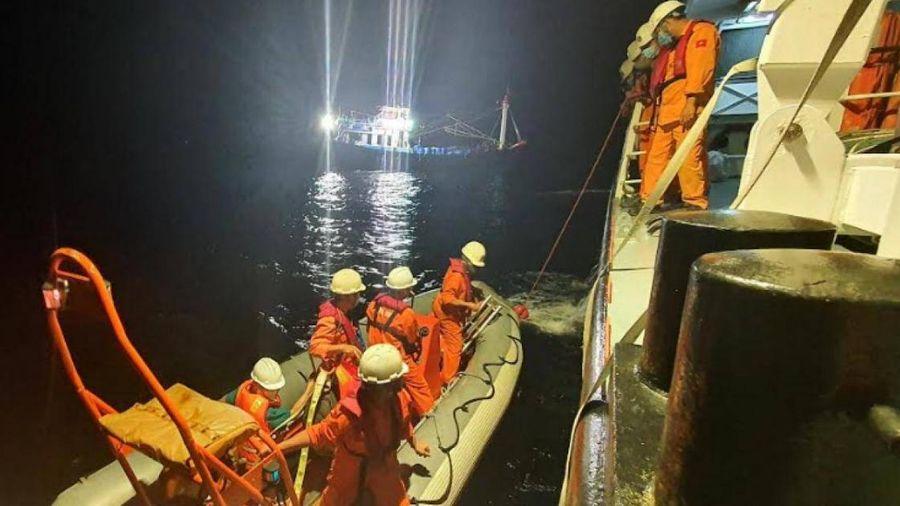 Tàu SAR 412 kịp thời cứu thuyền viên nôn ra máu trên vùng biển Hoàng Sa