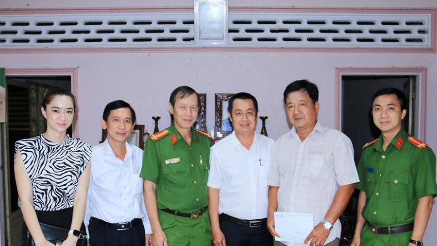 An Giang: Tặng sổ tiết kiệm cho thương binh, thân nhân liệt sĩ Công an nhân dân