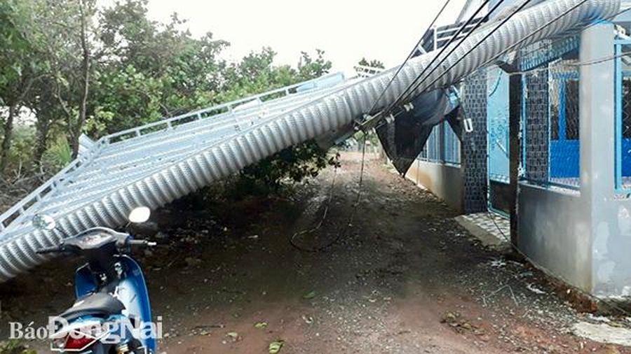 Huyện Định Quán: Hàng chục căn nhà bị giông lốc giựt tốc mái