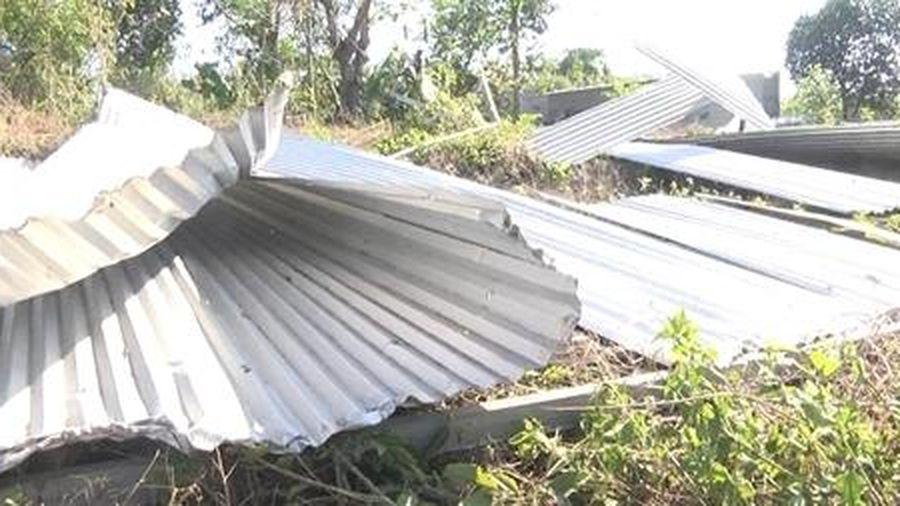 32 căn nhà bị lốc xoáy tốc mái