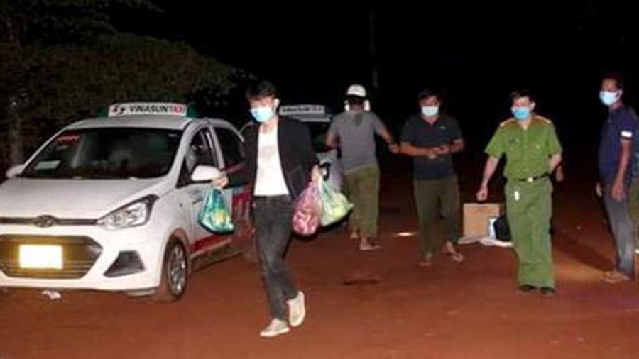 2 taxi gắn mác Vinasun chở 5 người Trung Quốc xuất nhập cảnh trái phép