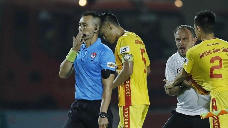 Trọng tài trận Thanh Hóa 1-1 TPHCM bị cầu thủ 'húc' lung lay răng