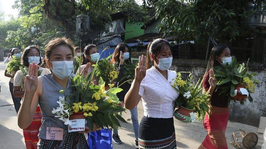 Dân Myanmar hủy lễ hội mừng năm mới, xuống đường biểu tình trong im lặng