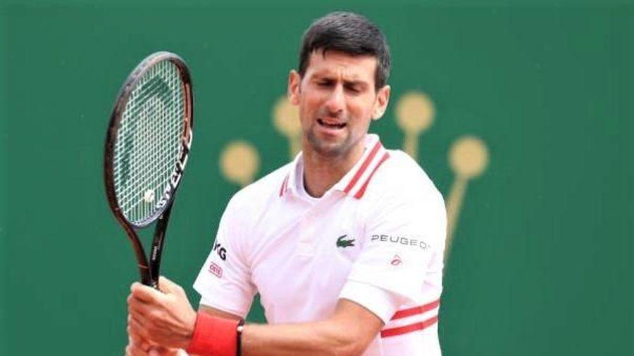 Djokovic thua trận đầu tiên trong năm 2021