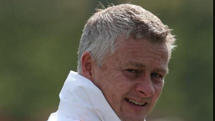 Kinh ngạc: HLV Solskjaer đổ lỗi Man United thua trận vì…màu đỏ