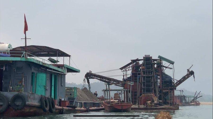 Hà Nội: Bắt cụm tàu khai thác cát lòng sông Đà trái phép