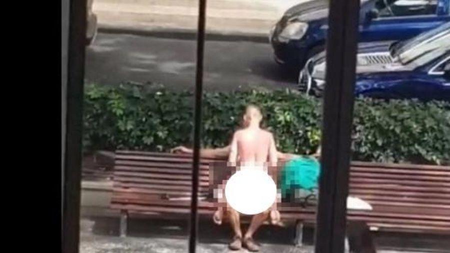 Đôi nam nữ đang thản nhiên diễn 'cảnh nóng' giữa thanh thiên bạch nhật thì bị cảnh sát bắt gặp