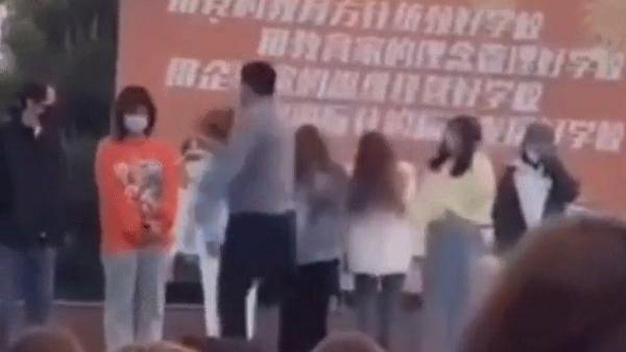 Phẫn nộ thầy giáo bắt sinh viên đi muộn xếp hàng 'ăn tát' trước toàn trường