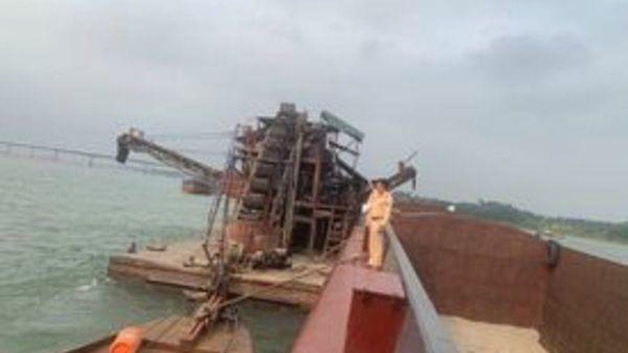 CSGT bắt tàu cuốc 'khổng lồ' hút, bán trộm cát trên sông Đà