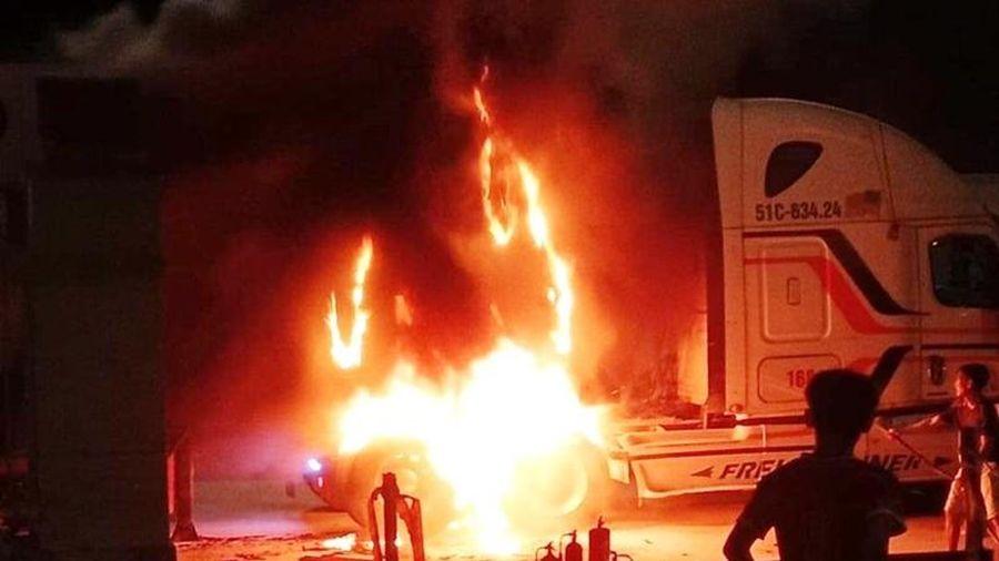 Quảng Nam: Xe đầu kéo nổ lốp, bốc cháy ngùn ngụn gần trạm thu phí