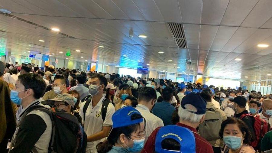 Sân bay Tân Sơn Nhất mở tất cả các cửa soi chiếu hành lý để giải tỏa ùn tắc