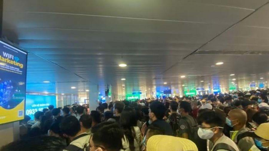 Ùn tắc kinh hoàng tại sân bay Tân Sơn Nhất, hành khách cần lưu ý gì?