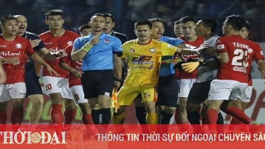 Thanh Thắng nhận án phạt cực nặng, TP.HCM 'cầu cứu' thủ môn Bùi Tiến Dũng