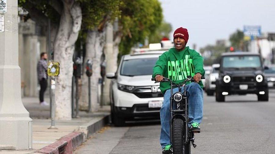 Bạn trai Rihanna hào hứng đi xe máy điện dạo phố ở Los Angeles
