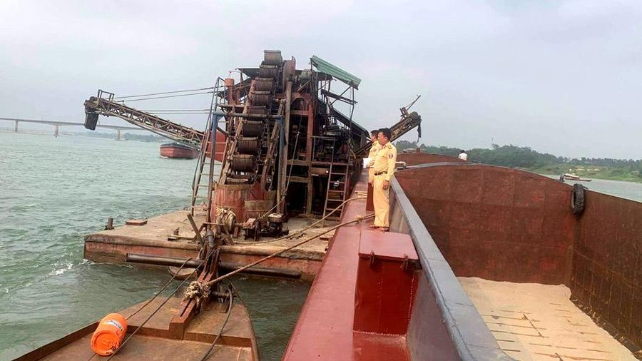 Bắt cụm tàu khai thác cát lòng sông Đà trái phép