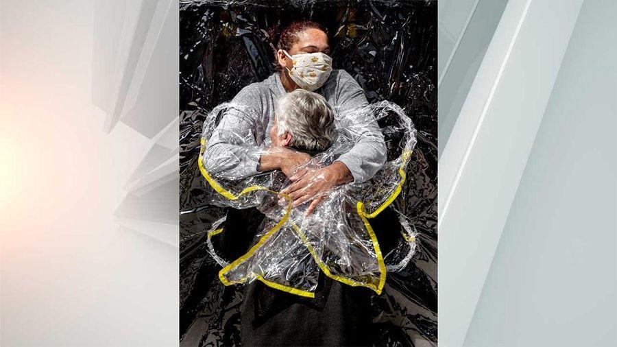 'Chiếc ôm đầu tiên' được trao giải Ảnh Báo chí Thế giới
