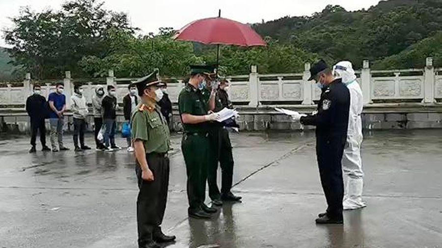 Trao trả 10 công dân Trung Quốc nhập cảnh trái phép vào Việt Nam