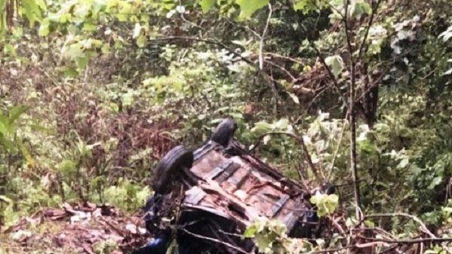 Xe taxi lao xuống vực sâu, 4 người thương vong