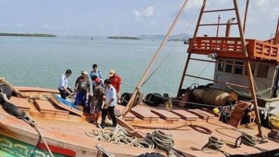Bắt giữ 2 tàu chở 60.000 lít dầu lậu, núp bóng tàu đánh bắt cá